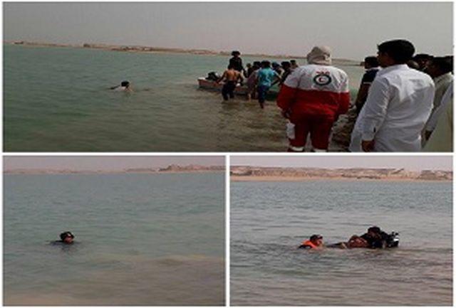 واژگونى قايق تفريحى در آبگیر چاه نیمه سوم واقع در شمال استان سیستان و بلوچستان شهرستان زهك/ جنازه ٢ نفر هنوز پیدا نشده است، حال دونفر دیگر هم وخیم است