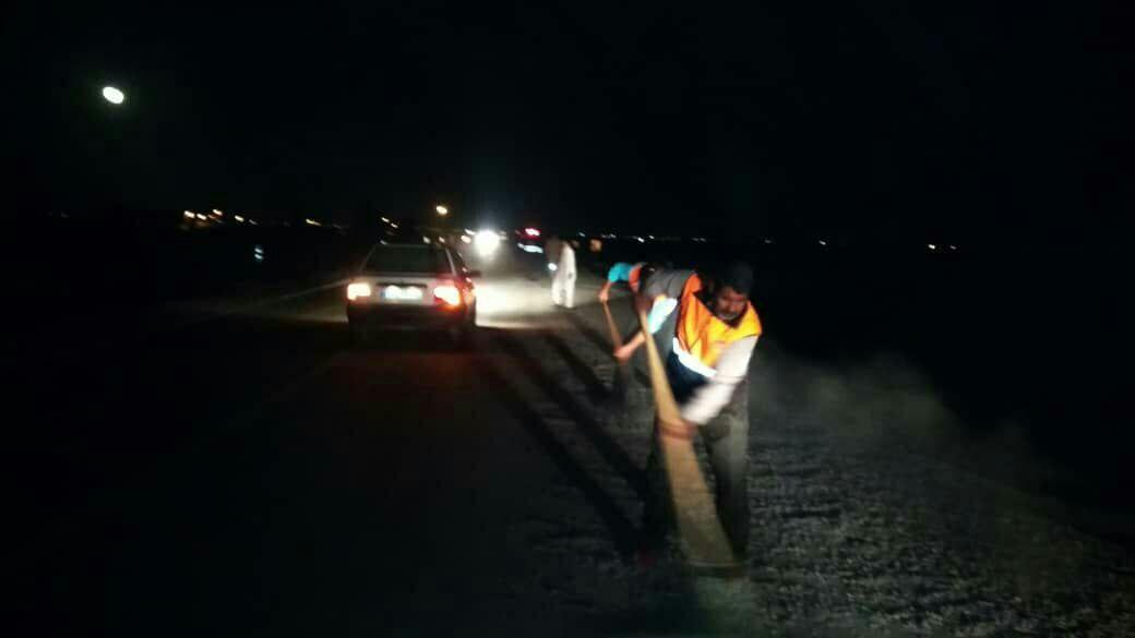 پخش شن و ماسه توسط یک راننده خاطی در بستر جاده منجر به واژگونی خودروهای عبوری محور مواصلاتی زابل – نهبندان گردید